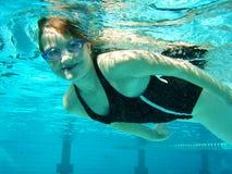 Onderwater zwem royalty-vrije stock afbeeldingen