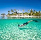 Onderwater zwemmen van de mens Stock Afbeeldingen