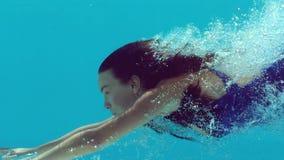 Onderwater zwemmen van de vrouw stock video