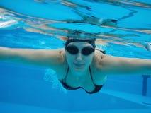 Onderwater zwemmende vrouw stock foto