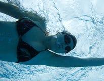 Onderwater zwemmende vrouw royalty-vrije stock afbeelding