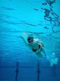 Onderwater zwemmende vrouw Stock Foto's