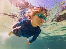 Onderwateraardstudie, jongen die in duidelijke blauwe overzees snorkelen stock foto's