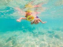Onderwateraardstudie, jongen die in duidelijke blauwe overzees snorkelen royalty-vrije stock fotografie