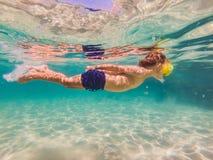 Onderwateraardstudie, jongen die in duidelijke blauwe overzees snorkelen royalty-vrije stock foto