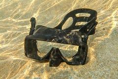 Onderwaterfoto - steek van zonbrekingen aan bij zwarte het duiken maskerzitting in ondiep water op duidelijk zand royalty-vrije stock foto