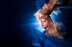 Onderwaterfoto vrij jong meisje met het blonde lange haar dragen Stock Afbeelding