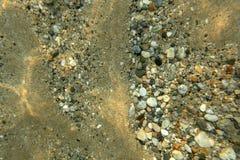 Onderwaterfoto - zand overzeese bodem met kleine kiezelstenen en stenen royalty-vrije stock foto