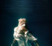 Onderwatermeisje in zwembad Stock Foto's