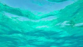 Onderwatermening door Verbazend Duidelijk Blauw Zeewater Slowmotion Achtergrond van HD GoPro stock videobeelden