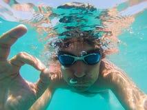 Onderwatermening van een mens die in het overzees zwemmen Royalty-vrije Stock Afbeeldingen