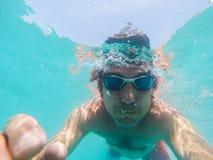 Onderwatermening van een mens die in het overzees zwemmen Royalty-vrije Stock Foto