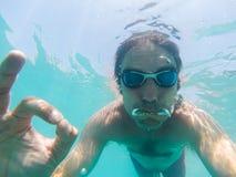 Onderwatermening van een mens die in het overzees zwemmen Stock Fotografie