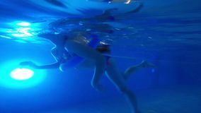 Onderwatermening van het kleine zwemmende meisje stock video
