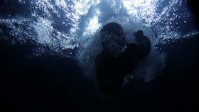 Onderwateroppervlakte met kleine bellen stock videobeelden