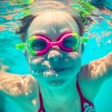 Onderwaterportret van gelukkig kind stock foto's