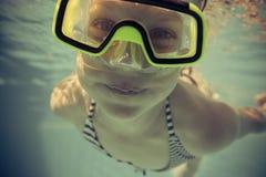 Onderwaterportret van gelukkig kind stock foto