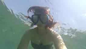 Onderwaterselfie van het jonge mooie vrouw snorkelen in overzees of oceaan blauw water met zwemmend masker zonder aqualong bij stock video
