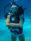 Onderwaterspruit van een vrouw die met scuba-uitrusting duiken stock foto's