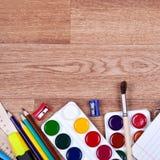 Onderwerpen voor creativiteit en het trekken op de houten achtergrond Stock Fotografie
