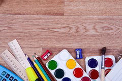 Onderwerpen voor creativiteit en het trekken op de houten achtergrond Royalty-vrije Stock Fotografie