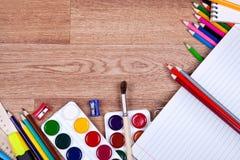 Onderwerpen voor creativiteit op een houten achtergrond Royalty-vrije Stock Afbeeldingen