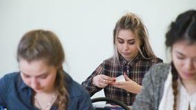 Onderwijs die de geheime nota van het studentenklaslokaal bestuderen stock videobeelden