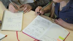 Onderwijs die wiskundestudent bestuderen die sommen doen stock video