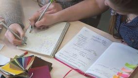 Onderwijs die wiskundestudent bestuderen die sommen doen stock footage