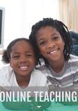 Onderwijs en online het onderwijstekst en meisjes het glimlachen Stock Foto