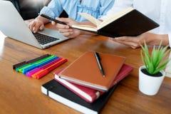 Onderwijs en schoolconcept, studentencampus of klasgenoten die tutorings de achterstand inlopende vriend voor een test of een exa stock fotografie