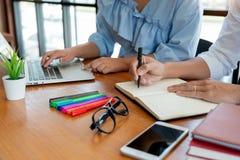 Onderwijs en schoolconcept, studentencampus of klasgenoten die tutorings de achterstand inlopende vriend voor een test of een exa stock afbeelding