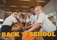 Onderwijs en terug naar schooltekst en jonge geitjes die basketbal spelen Royalty-vrije Stock Afbeeldingen