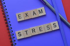 Onderwijs, examenspanning op notitieboekje stock foto
