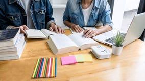 Onderwijs, het onderwijs, het leren concept De de middelbare schoolstudenten of klasgenoten groeperen priv?-leraar in bibliotheek stock afbeeldingen