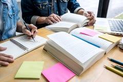 Onderwijs, het onderwijs, het leren concept De de middelbare schoolstudenten of klasgenoten groeperen priv?-leraar in bibliotheek royalty-vrije stock afbeeldingen