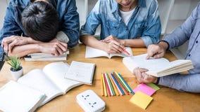 Onderwijs, het onderwijs, het leren concept De de middelbare schoolstudenten of klasgenoten groeperen priv?-leraar in bibliotheek stock fotografie