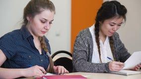 Onderwijs het leren het onderzoeksdocumenten van de schooltest stock footage