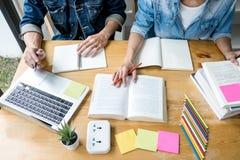 Onderwijs, het onderwijs, het leren, technologie en mensenconcept Twee middelbare schoolstudenten of klasgenoten met hulpvriend  royalty-vrije stock afbeeldingen