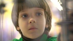Onderwijs, kinderjaren, emotie, uitdrukking en mensenconcept De jongen bekijkt de looppasmachine van de marmerbinnenkant wat op v stock video
