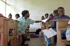 Onderwijs in klaslokaal in binnenland van Suriname Stock Afbeelding