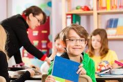Onderwijs - Leerlingen en leraar die op school leren Royalty-vrije Stock Foto