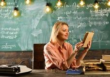 Onderwijs in moderne school onderwijs van het mooie boek van de vrouwenlezing stock foto's