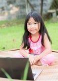 Onderwijs, school, technologie en Internet-concept - Leuk meisje w stock foto