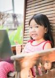 Onderwijs, school, technologie en Internet-concept - Leuk meisje w stock foto's