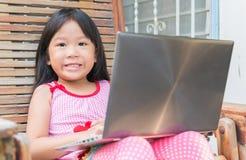 Onderwijs, school, technologie en Internet-concept - Leuk meisje w royalty-vrije stock foto