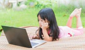 Onderwijs, school, technologie en Internet-concept - Leuk meisje w royalty-vrije stock afbeelding