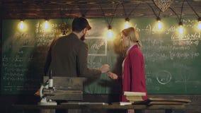 Onderwijs, school, universiteit en universitair concept De leraar en de vrouwelijke student lossen wiskundig formules en verslag  stock footage