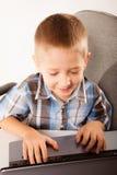 Onderwijs, technologie Internet - weinig jongen met laptop Stock Afbeelding