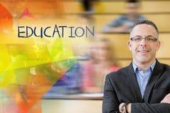 Onderwijs tegen elegante leraar met studenten die bij lezingszaal zitten Stock Fotografie